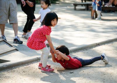 Hailey helping her friend. Soooo cute.